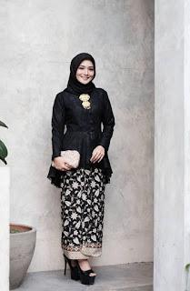 Model kebaya brokat modern hijab warna hitam