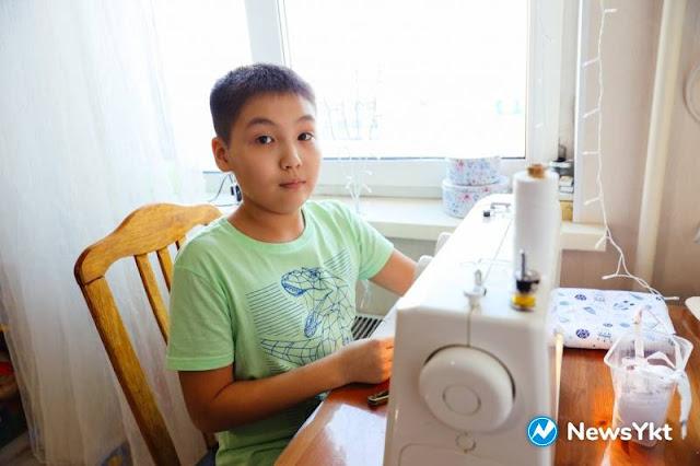 Якутский мальчик шьет медицинские маски, надеясь спасти планету
