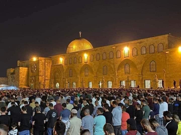Meskipun Di Tengah Serangan Tentara Zionis, 90 ribu Warga Palestina Gelar Shalat Di Kompleks Al-Aqsa