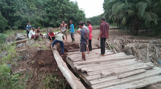Polsek Panipahan Goro Bersama Warga Perbaiki Jembatan