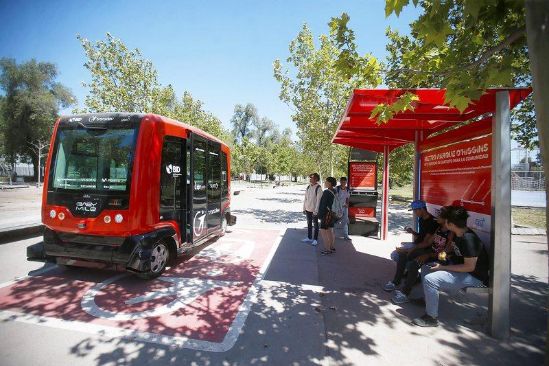 Minibús que se maneja solo transporta pasajeros dentro del Parque OHiggins