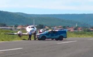 Avião com doses da vacina da Covid-19 bate em jumento no aeródromo de Ibotirama