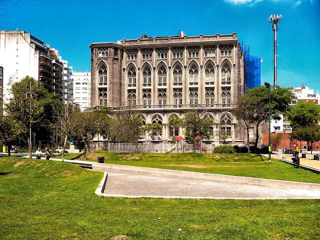 Vista a la plaza con el fondo de la Facultad de Ingenieria