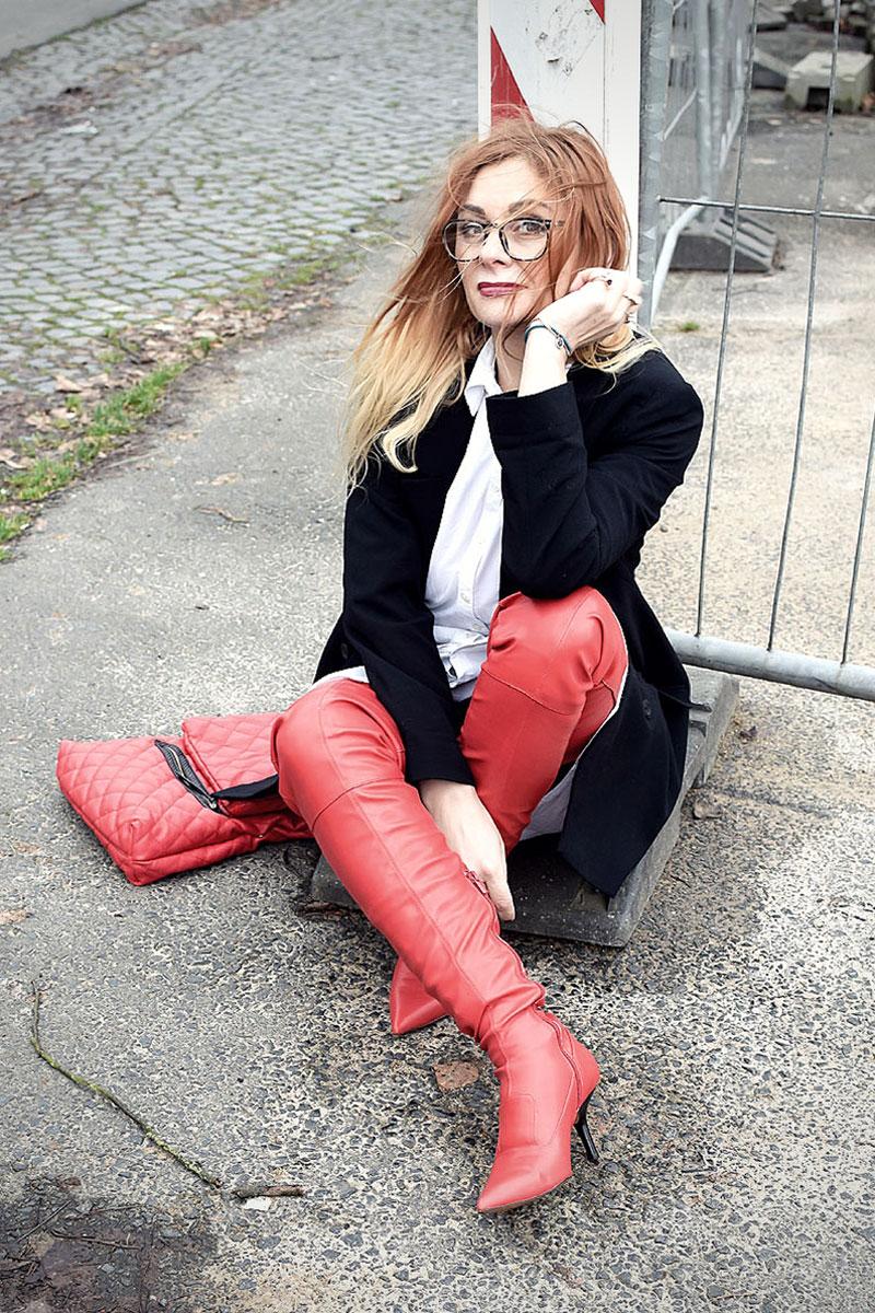 Frau trägt rote Overknees, Styling mit roten Overknees