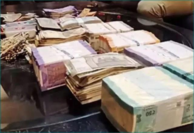 परिवार वालो को छत पर मिला 14 लाख रुपये और गहनों से भरा बैग,जानें क्या है सच्चाई