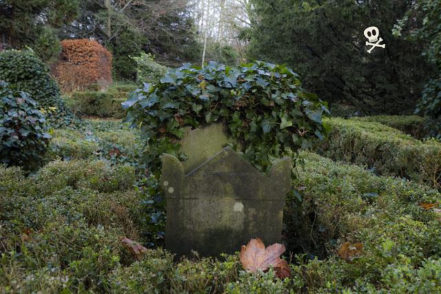 Las lápidas se agolpan una detrás de otra sin apenas dejar espacio