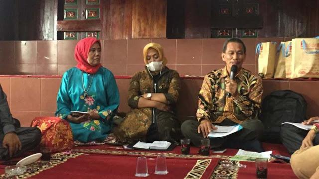 Aminulatif, S.E., M.Pd., Kepala Balai Bahasa Provinsi Sumatera Barat saat bicara pada diskusi Grand Design Pemajuan Kebudayaan Nagari Koto Gadang Koto Anau, Sabtu 3 April 2021. (Dok. Istimewa)