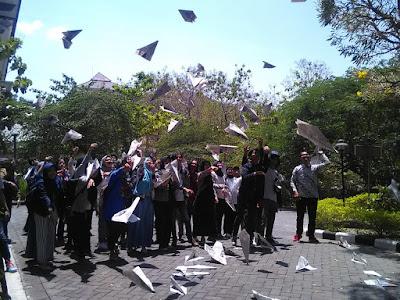 Antar Arwah Habibie dengan Pesawat Kertas