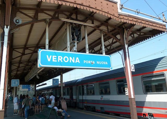 Trem parado na estação Verona Porta Nuova