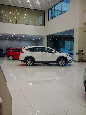 Mobil Honda CRV Di Ruang Pamer Showroom Honda Mobil Cikarang