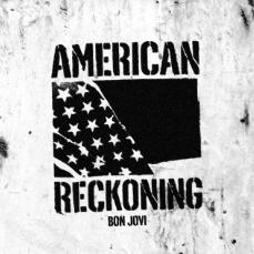 """Capa do single American Reckoning, """"acerto de contas americano"""", uma imagem em preto e branco com a palavra American no topo, um recorte da bandeira dos EUA no meio e a palavra Reckoning em baixo."""