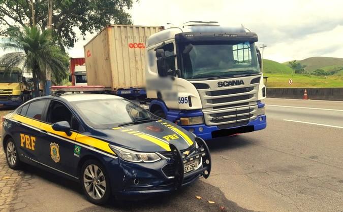 PRF flagra caminhão causando poluição acima do limite permitido em Lavrinhas/SP
