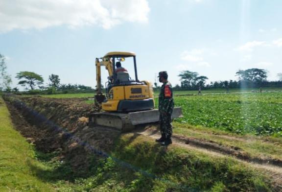 Babinsa Cawas Datangkan Alat Berat Kodim Klaten untuk Normalisasi Irigasi