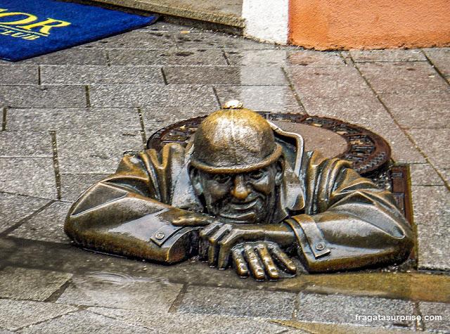 Cumil ou Observador, estátua no Centro Histórico de Bratislava