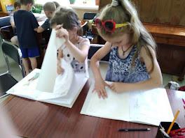 Девочки рисуют школьный лагерь Усмішка НВК № 59 читальный зал бібліотека-філія №4 М.Дніпро