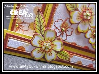 "Een close-up van een klein bloempje op een grotere bloem van de sets stempels en stansen van ""bloemen A"". A close-up of a small flower on a larger flower from the stamp and die sets of ""flowers A""."