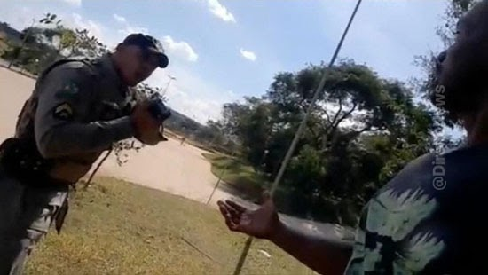 policiais apontam armas algemam ciclista goias