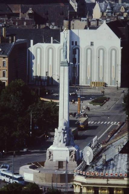 Начало 1980-х годов (или конец 1970-х). Рига. Часы, а также автобусы, троллейбусы, телефонные будки на пересечении улицы Ленина с двумя бульварами: Райниса и Падомью