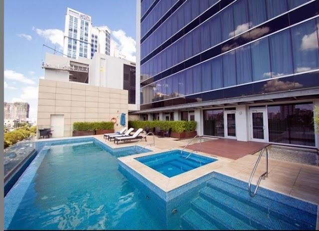 Hotel limpia piscina par luego que una pareja fue sorprendida sosteniendo relaciones
