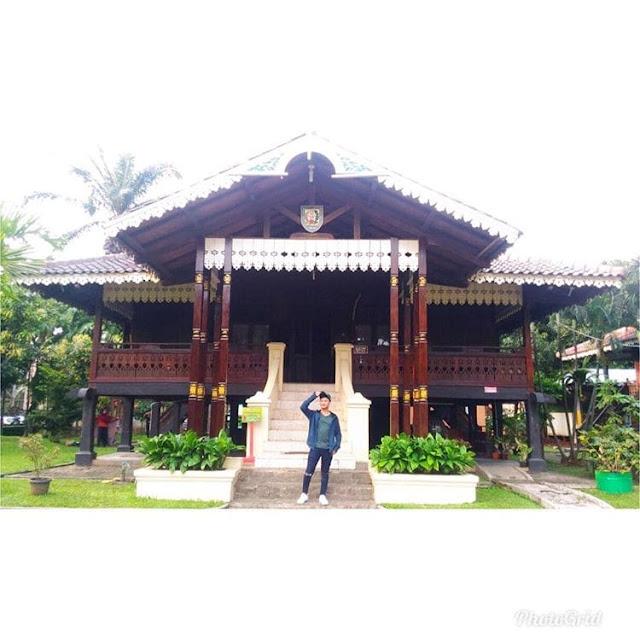 """Rumah Adat Provinsi Bengkulu """"Rumah Bubungan Lima"""""""