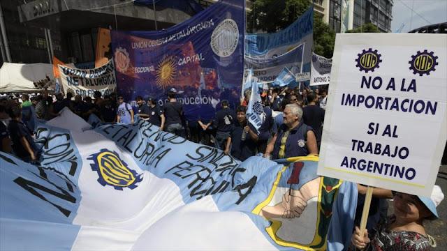 Pobreza y alza del paro vuelven a sacar a argentinos a las calles