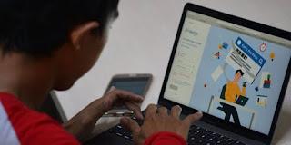 Warga mencari informasi tentang pendaftaran program Kartu Prakerja di Jakarta, (20/4/2020).
