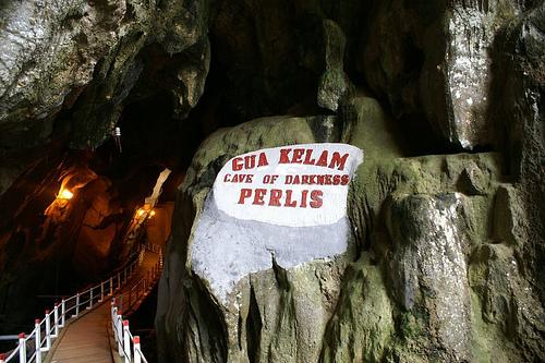 Salah satu gua yang paling tersendiri di Malaysia dengan gua batu kapur yang panjangnya 370 meter berhampiran bandar kecil Kaki Bukit (yang dikatakan 'bukit kaki') dan dikenali sebagai Gua Kegelapan.