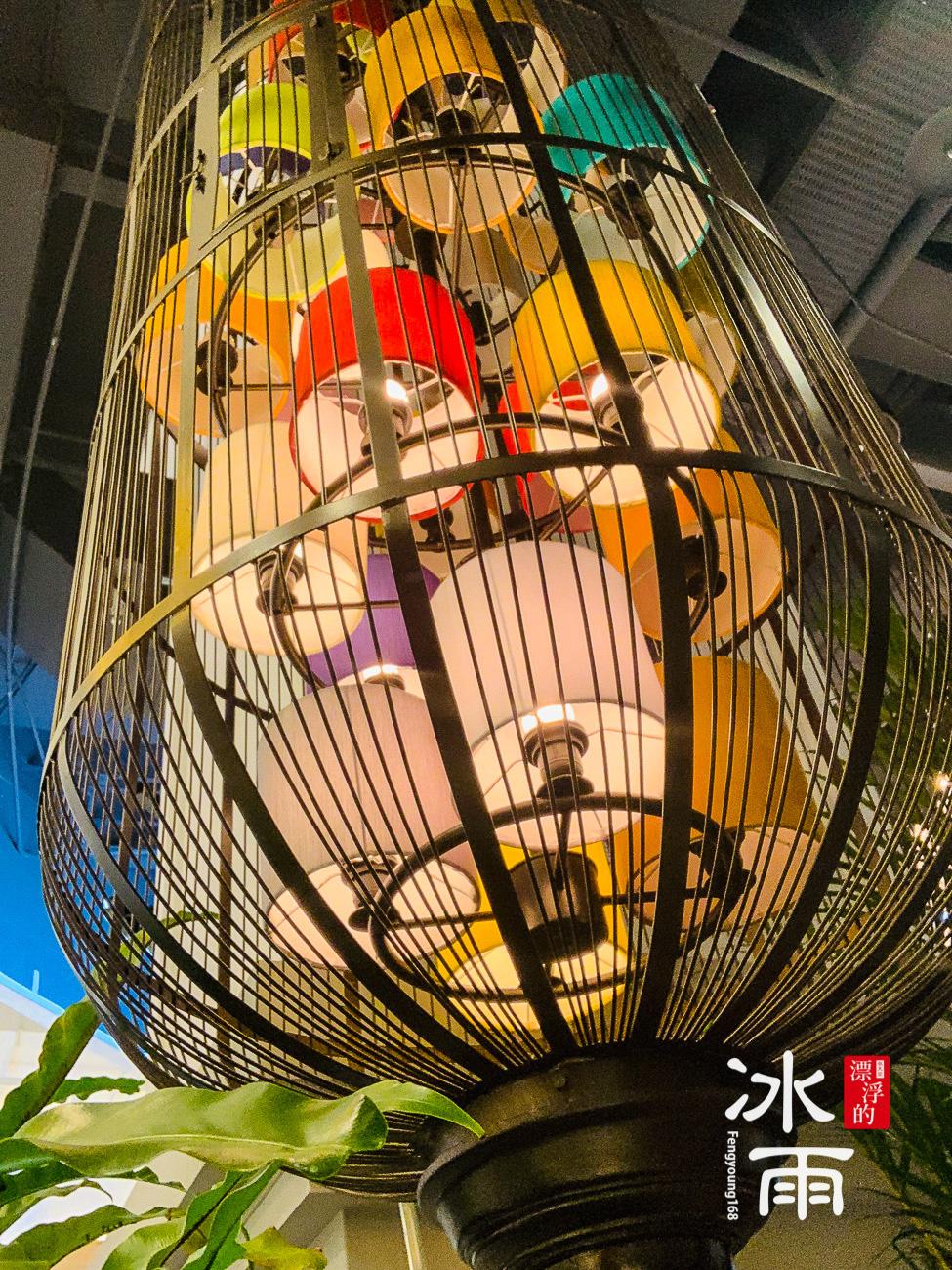 這是一個燈具,裡面多彩的裝飾燈罩,表現出泰國的設計感