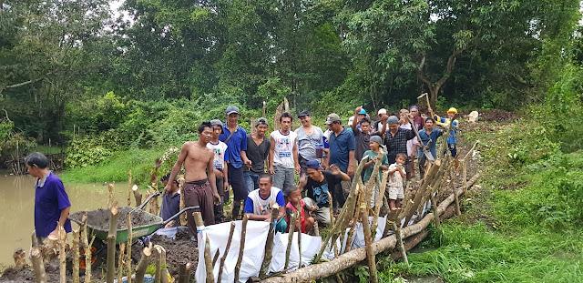 Warga Pangkalan Lampam Gotong Royong