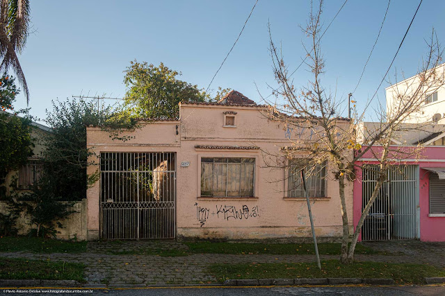 Casa de madeira com fachada de alvenaria na Rua Dias da Rocha Filho