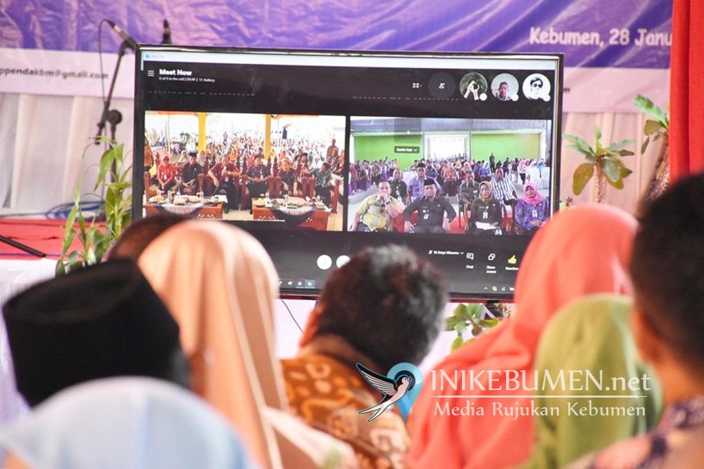 Bupati dan Ketua DPRD Kebumen melakukan video conference dengan Wabup dan Sekda Kebumen