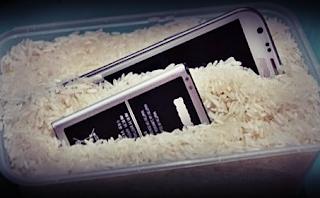 Mengeringkan hp dengan beras