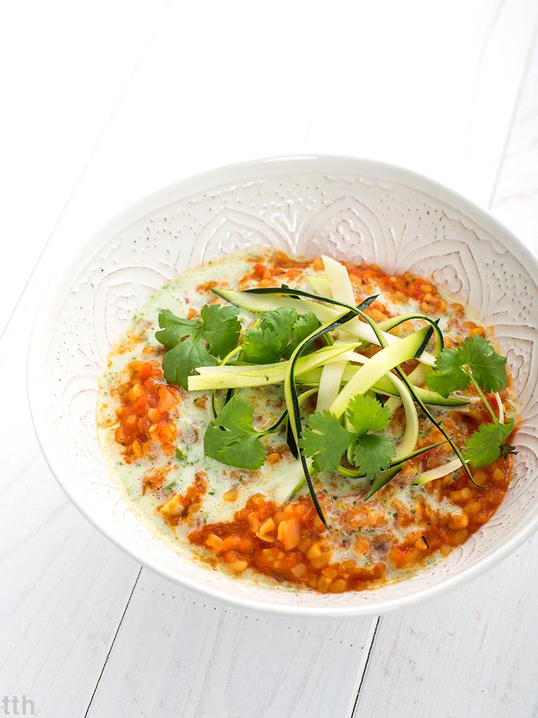 wegański bulgur z kolendrowym sosem i spaghetti z cukinii