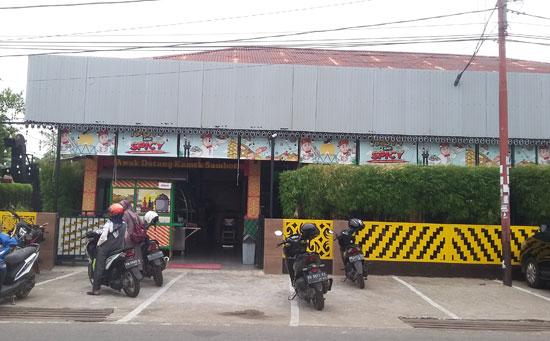 LUAS : Inilah Bakso & Bakmi Pak Usu Jalan Putr Candra Midi (PODOMORO) yang mudah diakses dari berbagai arah.  Bangunan yang cozy, dan  parkir kendaraan yang cukup banyak kendaraan.  Foto Asep Haryono