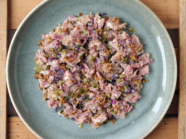Schwartenmagen-Salat mit Rotisseur-Senf.