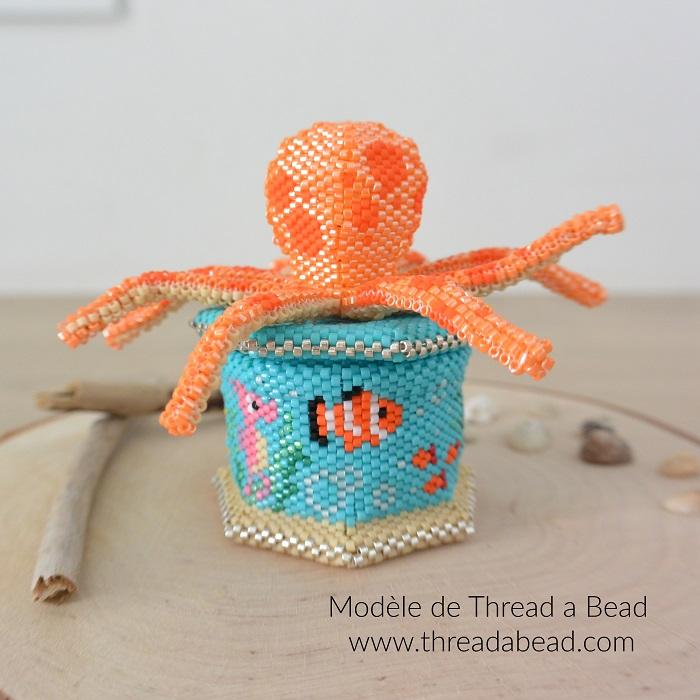 Boite Oti the octopus en perles Miyuki, modèle de Thread a Bead, tissée en peyote circulaire et brickstitch par Hello c'est Marine