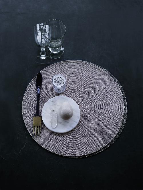 Ein schwarzer Tisch ist stimmungsvoll dekoriert