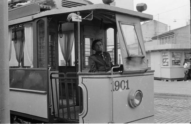 1983 год. Рига. Улица Кр. Барона. Обновленный ретро-трамвай и его первый водитель Лаймонис Виткус