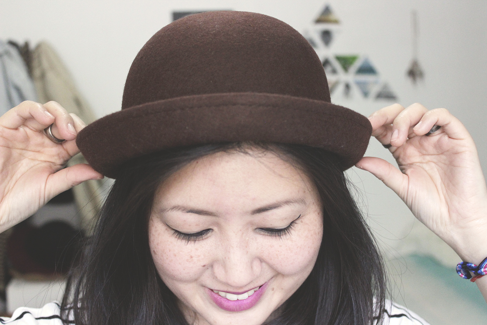 Ajustando chapéu cabeça
