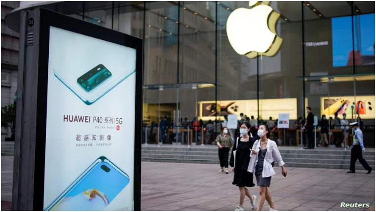 En la populosa Shanghai, una tienda Apple, a quien el gobierno chino le ha ordenado eliminar una aplicación de su tienda virtual / REUTERS
