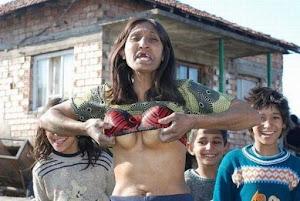 Anciana loca y exhibicionista, la abuela en la canción La tumba falsa, de Los Tigres del Norte | Ximinia
