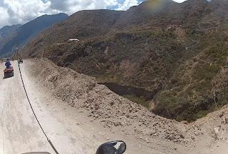 Turistas andando de quadriciclo nas Salineras de Maras / Peru.