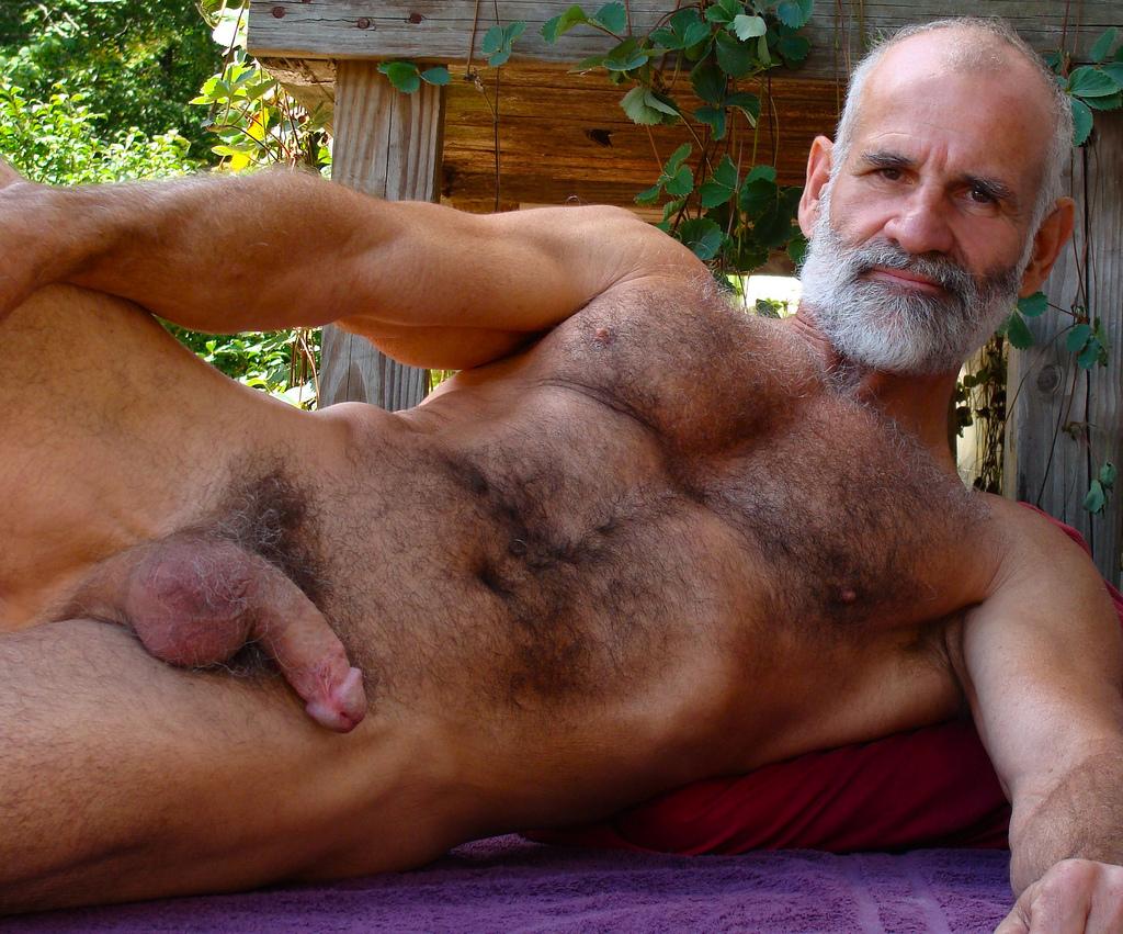 Пожилой мужик волосатый