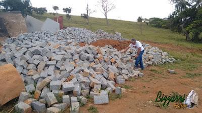 Extração de pedra de granito bruto sendo cortado para execução de pedra paralelepípedo para pilares de pedra.