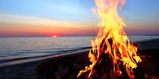 Letnie ognisko na plaży