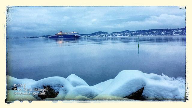 Blåtimen fanget med mobilen. Superspeed på vei inn larviksfjorden en vinterdag i januar. Bilde er tatt fra Revstien 23.01.2015.