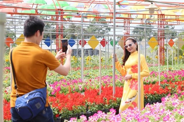 Du khách đang chụp hình tại làng hoa Sa Đéc