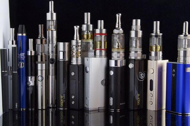 كل ما يجب أن تعرفه عن السجائر الإلكترونية .. وفوائدها وأضرارها
