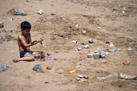 التلوث والاكتظاظ يفسدان موسم الهجرة إلى رمال الشواطئ المغربية