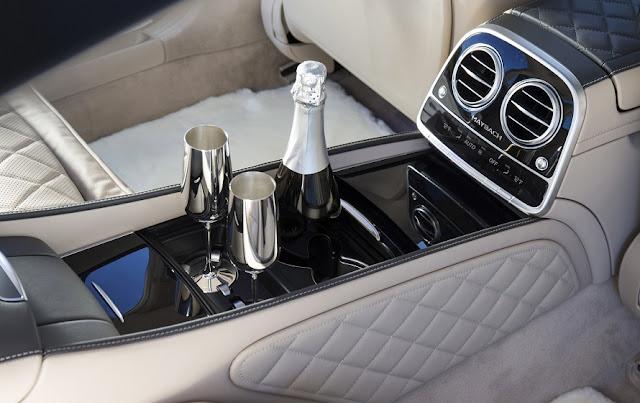 Tựa tay ngăn cách giữa hai hàng ghế Mercedes Maybach S500 2017 thiết kế sang trọng với nhiều tiện ích bên trên